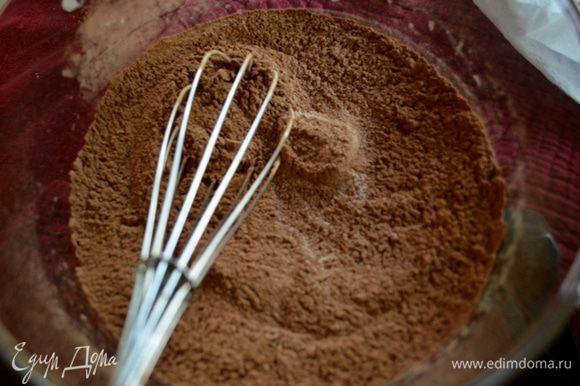 Смешаем вместе 1/3 стак. сахара,муки,какао,разрыхлитель,пищевая сода и соль. В другой чаше смешаем растительное масло,воду теплую и ванилин.