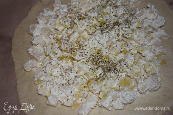 Выложить лепешку на противень,смазанный слив. маслом, выложить начинку,посыпать орегано и полить оливковым маслом.