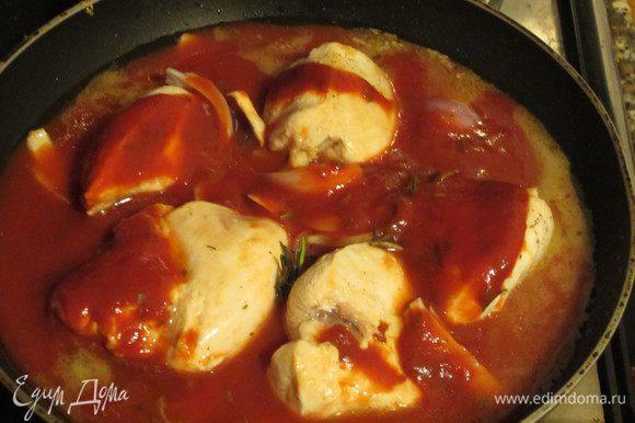 Добавить лук,протёртые томаты,1 стакан тёплой воды, накрыть крышкой и тушить 30-35 минут. Приятного аппетита:)