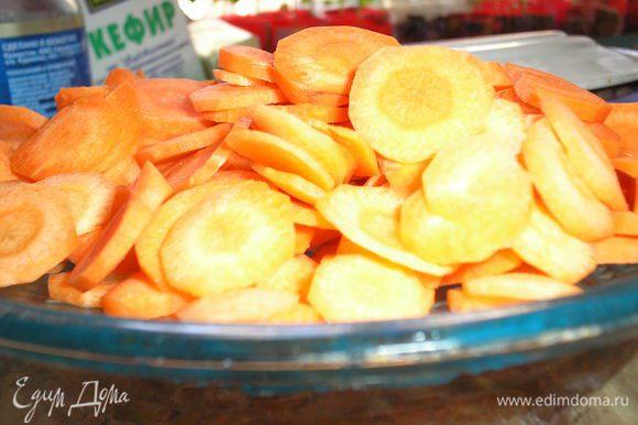 Морковь почистить, резать кружочками или соломкой (кому как нравится)