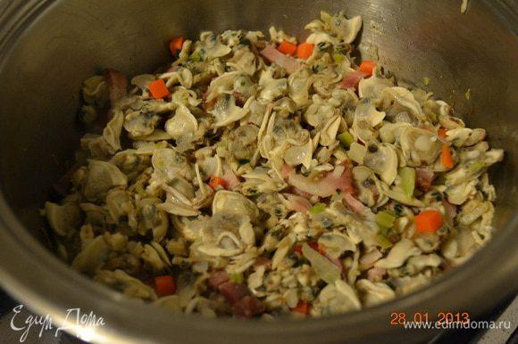 Тем временем картофель некрупно нарезать. К овощной смеси добавить моллюски и следом картофель. Как следует перемешать.