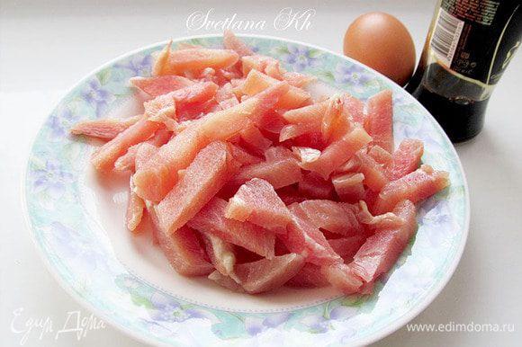 Куриное филе нарезать тонкой соломкой. Посолить, поперчить, добавить соус чили, чабер, кунжутное масло и яйцо. Перемешать и оставить мариноваться.