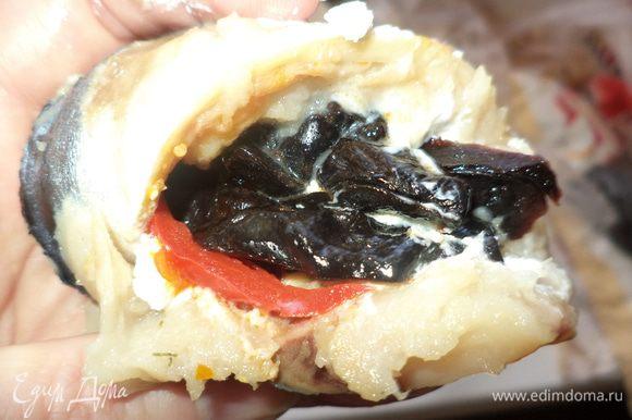 затем перец, томаты и чернослив - сколько сможете уместить но оставьте место для сыра!!!