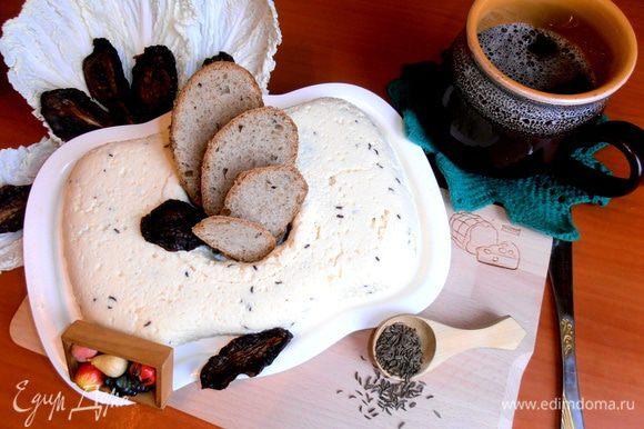 Украсила вялеными томатами. Когда-то я выставляла сыр с кусочками томатов - тоже отличная закуска получалась! http://www.edimdoma.ru/retsepty/47238-zakuska-raznotsvetnyy-syr-gotovim-s-homequeen