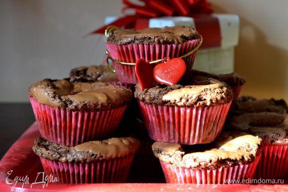 Достанем готовые капкейки и дадим им остыть 10 мин. на решетке. Сверху готовых капкейков можно припылить сахарной пудрой иди полить шоколадной или сахарной глазурью. Приятного аппетита и праздника влюбленных!!!