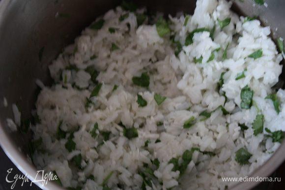В свежесваренный рис добавляем 4 ст.л. кокосовой стружки и кинзу. Как это вкусно)))))