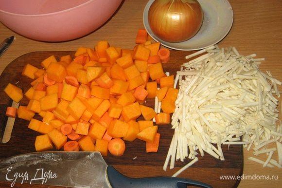 Подготовимся: тыкву и баклажан нарезаем кубиками, морковь - кружочками, сельдерей соломкой, лук и паприку - мелкими кубиками, орехи измельчаем в крошку в блендере, а брокколи разбираем на соцветия. Вооружаемся казаном и сковородой.