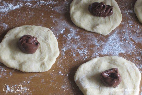 На каждую лепёшку выложить по 1 ч.л. шоколадной пасты .....