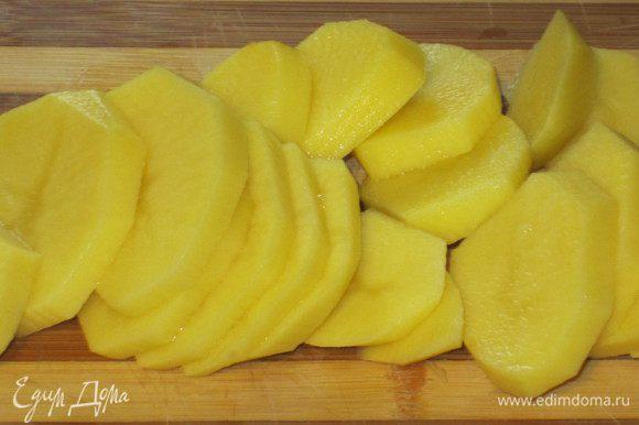 Картофель нарезать тонкими кружочками, бланшировать в кипящей воде 15 минут,слить воду.