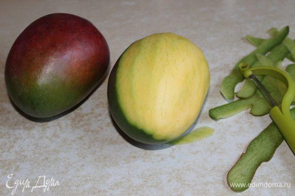 Чистим манго , нарезаем на полоски.