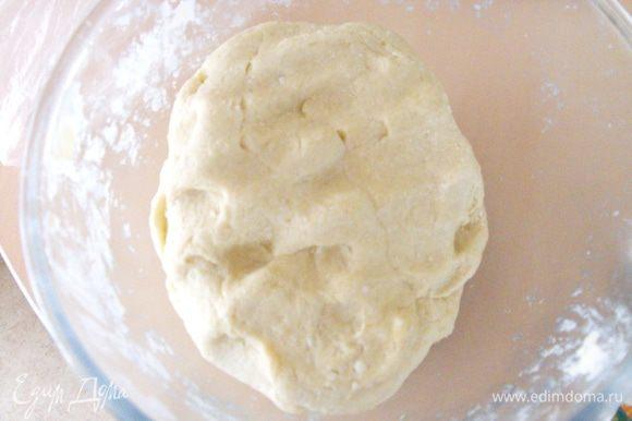 Затем добавить просеянную муку..... замесить тесто... оно очень приятное ... .мягкое и не липкое... в работе одно удовольствие! Завернуть в пленку ....и на 30-40 минут в холодильник.