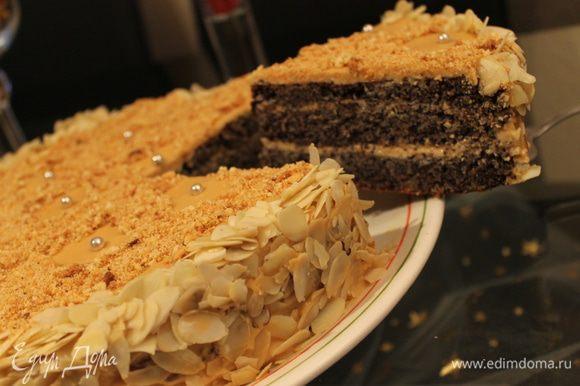 Готовый торт остудить, разрезать по высоте на 2 коржа. я разрезала на 3. Крем: 1 б.сгущ.вареной растереть со 150 г мягкого сл.масла. я добавила еще сметаны 150 гр. Смазать нижний корж, накрыть верхним и обмазать торт сверху и по бокам. Посыпать листиками миндаля, украшать я не стала, была крошка от какогото тортика , я ей посыпала верх. Приятного чаепития!