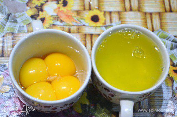 Белки аккуратно отделить от желтков.