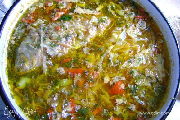 порезать картошку и бросить в кастрюлю с кипящей водой, когда картофель почти готов, положить зажарку и рыбу и проварить минут 15, бросить в последнюю очередь нашинкованную капусту, болгарский перец и зелень. Варить до готовности капусты. Я люблю слегка недоваренную, чтоб хрустела.
