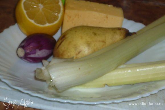 сыр, грушу и сельдерей нарезать кубиками, грушу сбрызнуть лимонным соком, чтоб не потемнела. луковку режем колечками. все смешиваем, солим, перчим. я умышленно использую тут белый перец, его совсем не видно, а вкус ощущается