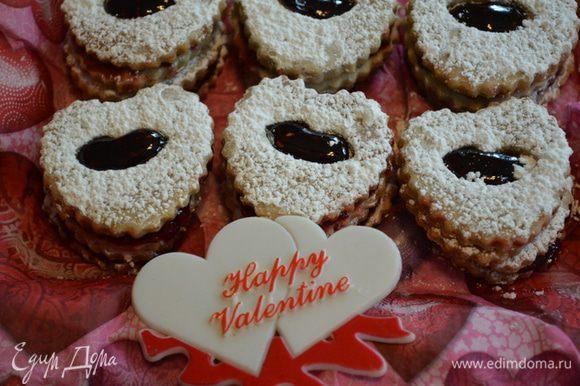 Украсим печенье, присыпав сверху сахарной пудрой. Приятного вам праздника, друзья!!!