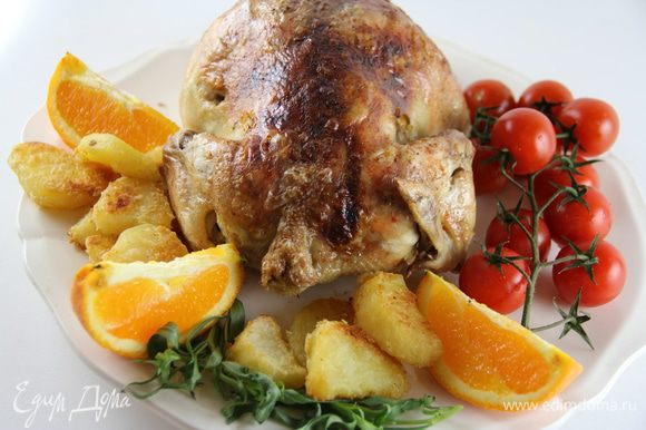 Выкладываем курицу на блюдо, рядом выкладываем картофель. Украшаем по вкусу листиками эстрагона или шалфея, дольками апельсина, я еще и помидорчики-черри добавила для цвета. И подаем. Приятного аппетита)