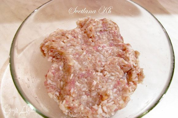Из мяса сделать фарш и соединить его с отваренным до полу готовности рисом, луком. Посолить и добавить специи.