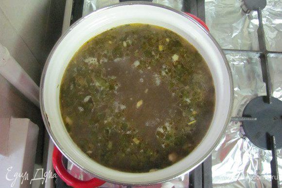 Потом содержимое сковороды вводим в кастрюлю. Варим на маленьком огне около 20 мин. За 5 мин. до окончания готовки супа солим, перчим и добавляем чеснок, петрушку, укроп (Петрушкой или укропом можно, если хотите, присыпать уже готовый суп.).