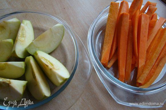Яблоко и морковь очистить, порезать и можно отварить (на пару) или запечь в духовке
