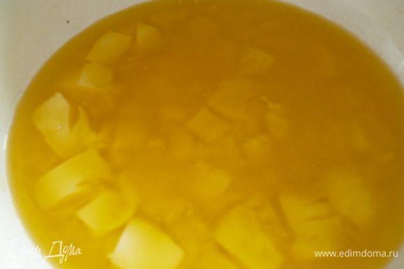 Тесто: Муку просеять, масло сливочное подогреть (но не растапливать до конца), от общего количества сахара отделить 2 столовые ложки для дрожжей, а остальной сахар взбить с яйцами.