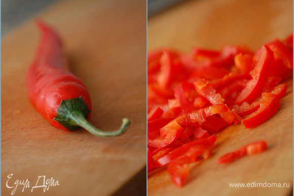 Чили очистить от семян и нарезать тонкой соломкой. Любители острого смело могут увеличить кол-во перца до двух штук