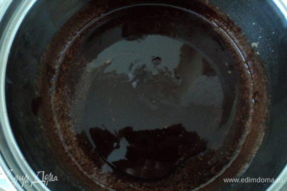 К растопленному черному шоколаду добавляем кофе и перемешиваем до однородности.