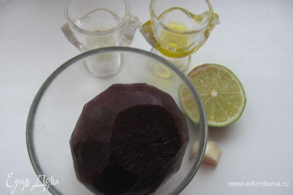 Отварить свеклу до полуготовности (30-40 минут), после варки залить холодной водой.