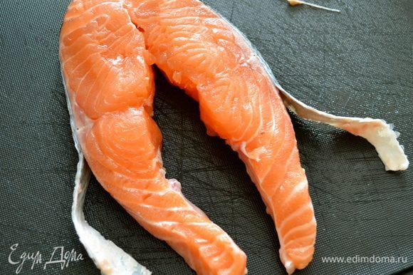 Ножом подрезать кожу с боков и отделить ее от мясной части...