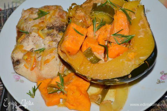 Готовое блюдо подаем с овощами и куриной грудкой. Поверх выложим по желанию петрушку и розмарин.