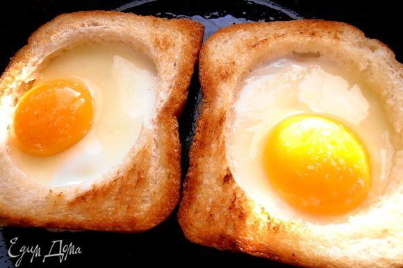 И вбиваем в каждый по яйцу,стараясь не повредить желточек!Посолить и довести до готовности.Я накрывала крышкой и жарила на медленном огне.