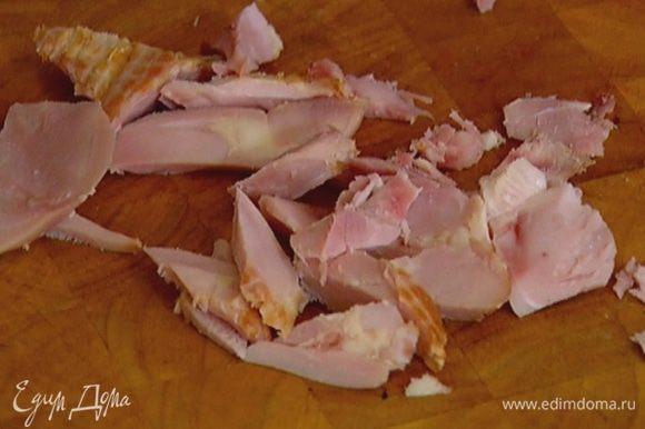 Куриную грудку нарезать небольшими кусочками.