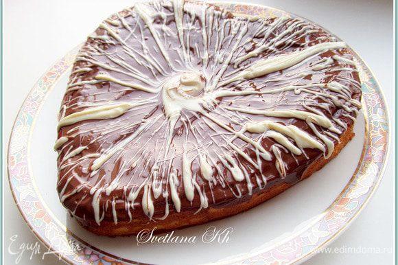 Подготовить глазурь. Шоколад растопить в микроволновке, смешать с ч. л. растительного масла, хорошо размешать до блеска. Отдельно черный и белый. Полить сырник глазурью.