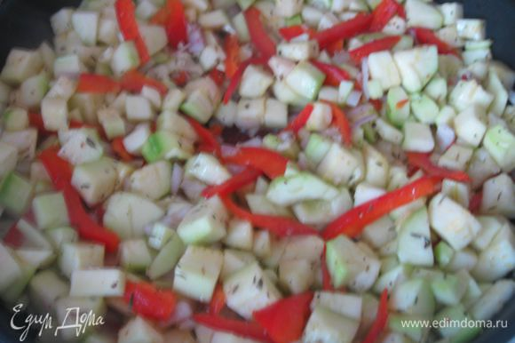 Чеснок с тимьяном обжарить в масле на сковородке 1 -2 минуты, добавить лук, кабачки, перец красный сладкий, тушить 5 минут, периодически перемешивая.