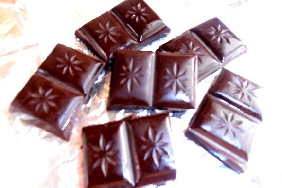 Шоколад поломать на ровные кусочки.