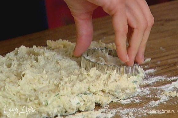 Рабочую поверхность посыпать мукой, выложить тесто и сформировать пласт высотой 2–3 см. С помощью круглой формочки или стакана вырезать из теста кружки.