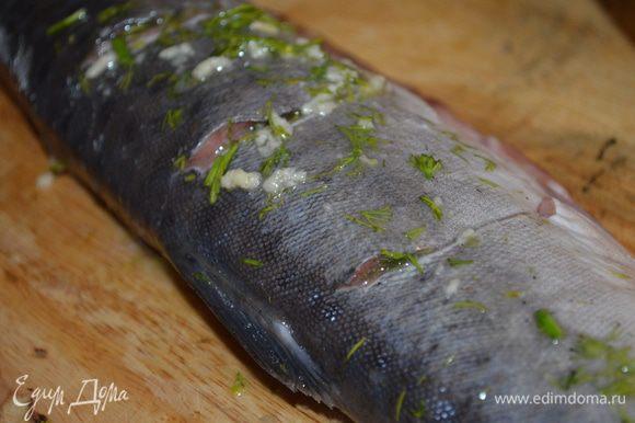смазываем этой смесью рыбу, особенно внутри разрезов и в самой рыбье как следует. Оставляем на 30 минут мариноваться.