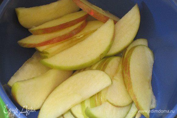 Тонко нарезать яблоки и сбрызнуть лимонным соком.