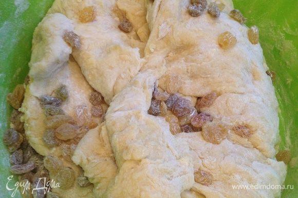 Изюм засыпать в тесто и продолжать месить, пока оно не перестанет липнуть к рукам и станет однородным и гладким.