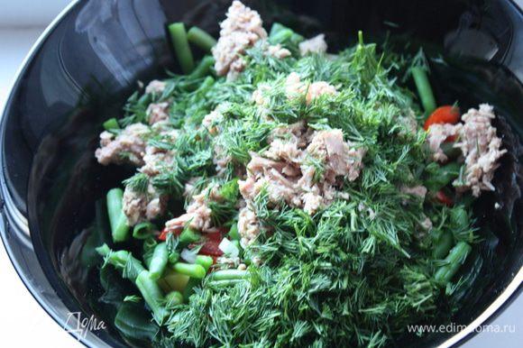Мелко режем укроп добавляем к салату,заправляем и перемешиваем.