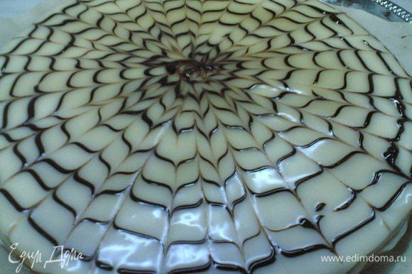 Растопить белый шоколад с 50 г сливок покрыть сверху торт, после растопить чёрный шоколад с 10 г сливок поместить в кулёк из пергамента срезать уголок и от середины торта рисовать спираль до краёв, после зубочисткой нарисовать рисунок поделив его на 8-16 частей чем больше тем мельче узор. Убрать в холодильник на ночь