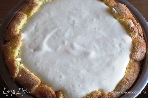 Вылить мусс сверху в форму на бисквит и разровнять поверхность. Накрыть оставшимися кусочками бисквита. Поместить в холодильник не менее чем на 5 часов.