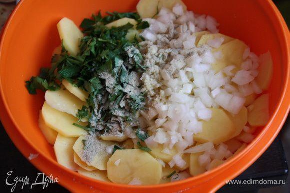 Режем петрушку и все отправляем к картофелю.Солим и перчим.