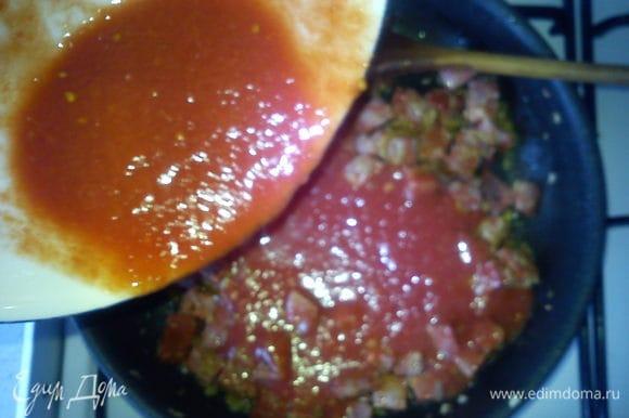 Добавить томаты и сахар. Уварить до желаемой густоты.