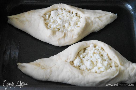 Выложить хачапури на противень смазанный маслом, смазать взбитым желтком и поставить выпекаться в духовку при температуре 180 градусов, на 20 минут