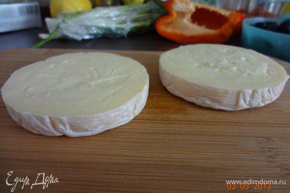Сыр разрезать на две равные половинки, аккуратно вырезать ножом серединку.