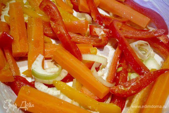 Лук-порей обжариваем на сковороде в распущенном сливочном масле. Половину лука-порея выкладываем в смазанную сливочным маслом форму для запекания. Другую половину оставляем. Морковь выкладываем шумовкой в форму (ванильную жидкость сохраняем), добавляем паприку и столовую ложку цитрусового масла, а также соевый соус, солим, перемешиваем прямо в форме.