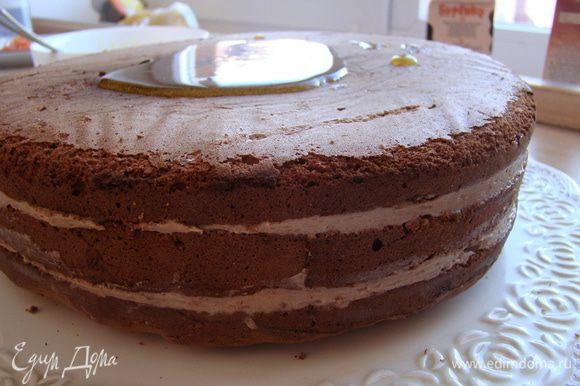 Верхний корж смазать мармеладом; 2-3 ч закреплять торт в холодильнике