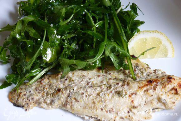 Жарить до готовности рыбы и коричневых пятнах, около 5-7 минут. Перемешать зелень с оставшимися 2 чайными ложками масла, приправить солью и перцем. Подавать филе с зеленью и дольками лимона.