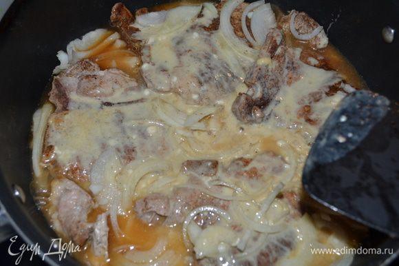 Огонь убавить и добавить на эту же сковороду лук,обжаривать его примерно 4 мин. Затем 3/4 стакана бульона,тушить примерно 2 мин. Добавить молочный микс, размешать,свиные котлеты и тушить пока они не будут готовы.Тонкой нарезки они готовятся оч. быстро.